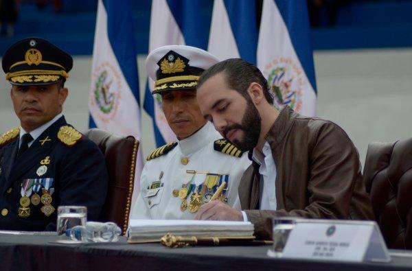 PresidenterecibeBastondeMandodelaFuerzaArmada1