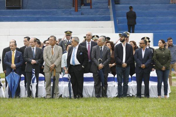 PresidenterecibeBastondeMandodelaFuerzaArmada9
