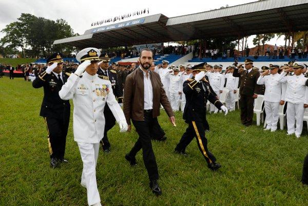 PresidenterecibeBastondeMandodelaFuerzaArmada12